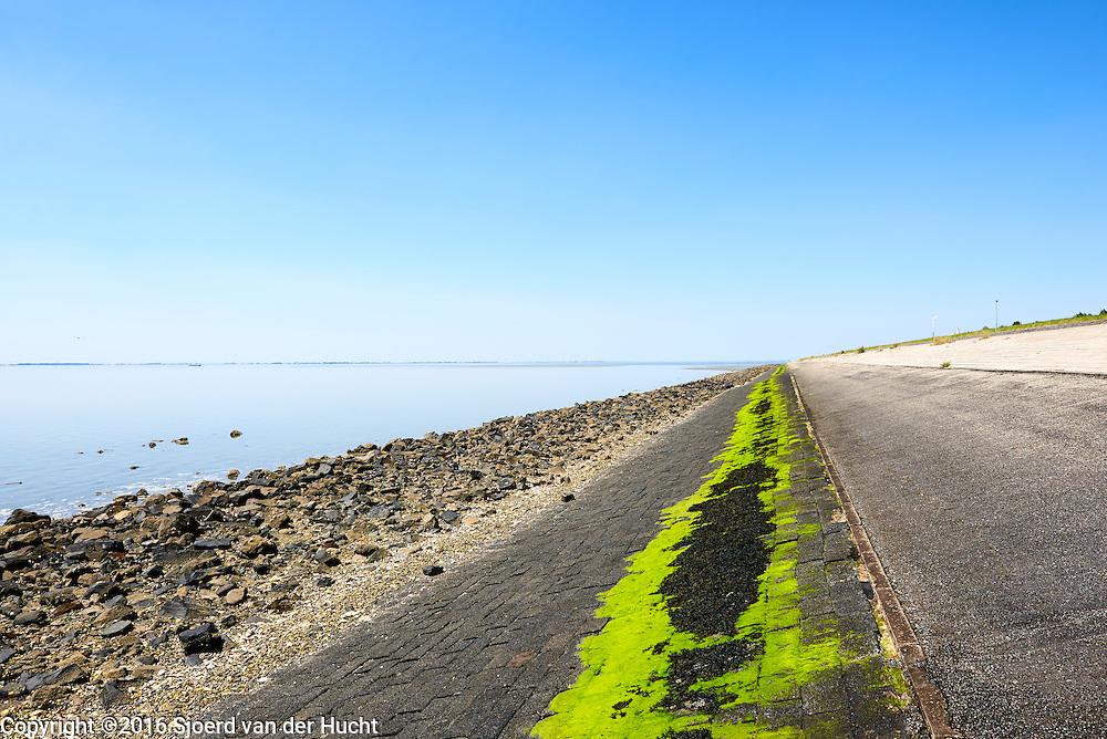 Oesterdam, dam tussen Tholen en Zuid-Beverland. Het is de langste dam (10,5 kilometer) van de Deltawerken. - Oesterdam, the longest dam of the Delta Works in the Netherlands