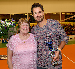 30-12-2015 NED: Uitreiking Ingrid Visser en Volleybalkrant Award 2015, Almelo<br /> Volleybalkrant organiseert voor de derde keer de beste volleyballer, volleybalster, coach en talent van het jaar. De Ingrid Visser award 2015 is voor Reinder Nummerdor als beste volleyballer. de award werd uitgereikt door Patsy Visser, moeder van Ingrid