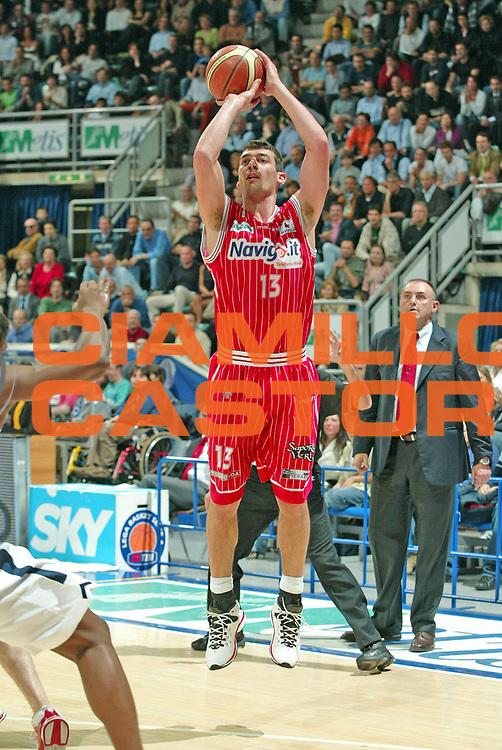 DESCRIZIONE : Bologna Lega A1 2005-06 Climamio Fortitudo Bologna Navigo.it Teramo<br /> GIOCATORE : Lulli<br /> SQUADRA :  Navigo.it Teramo<br /> EVENTO : Campionato Lega A1 2005-2006<br /> GARA : Climamio Fortitudo Bologna Navigo.it Teramo<br /> DATA : 20/04/2006 <br /> CATEGORIA : tiro<br /> SPORT : Pallacanestro <br /> AUTORE : Agenzia Ciamillo-Castoria/G.Livaldi
