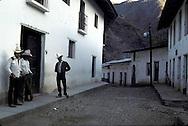 the ghost city of Batopilas, very prosperous long time ago    Mexico    ..  ..La ville Fantôme de Batopilas, etait au debut d'une siècle une des villes les plus prospères du nord du pays. Avec le declin des mines d'argent, la bourgeoisie locales a abandonnee les haciendas aujourd'hui en ruines     Mexique  ..R00040/13    L0007344  /  R00040  /  P0003440