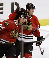Ishockey  Datum: 12.10.2006  <br /> Martin Havlat (li.) und Michael Holmqvist (beide Chicago Blackhawks) jubeln - <br /> Vdig, hoch, Umarmung, umarmen, Jubel, jubeln NHL 2006/2007 Chicago Freude,  Eishockey Herren Mannschaft USA Gruppenbild optimistisch Aktion Personen<br /> Norway only
