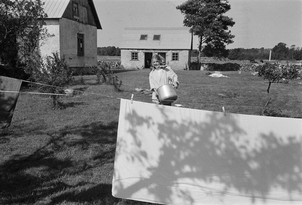 Mor hänger tvätt på Odvalds.