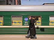 Reisender auf einem Bahnsteig des Kasaner Bahnhofs (Kasanski woksal) welcher einer der neun Bahnhöfe in Moskau ist. Er liegt am Komsomolskaja-Platz, in unmittelbarer Nähe zum Jaroslawler und dem Leningrader Bahnhof, und ist bis heute einer der größten Bahnhöfe der russischen Hauptstadt.<br /> <br /> Traveller on a plattform of the Kazansky Rail Terminal (Kazansky vokzal) which is one of eight rail terminals in Moscow, situated on the Komsomolskaya Square, across the square from the Leningradsky and Yaroslavsky terminals.