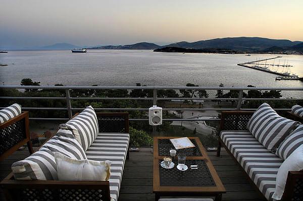 Griekenland, Volos, 5-7-2008Avond in deze provinciestad. Uitzicht over het water, de zee, vanaf het dak van een hotel.Foto: Flip Franssen