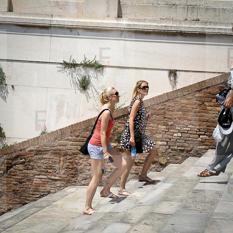 Turisti sulla scalinata dell'Aracoeli a Roma<br /> <br /> Tourists on the Aracoeli staircase in Rome