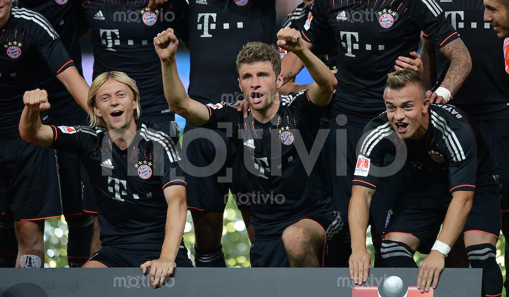 FUSSBALL   1. BUNDESLIGA   SAISON 2012/2013   SUPERCUP FC Bayern Muenchen - Borussia Dortmund            12.08.2012 Bayern gewinnt den Supercup Pokal  Anatoliy Tymoshchuk , Anatoli Timoschtschuk, Thomas Mueller, Xherdan Shaqiri (v. li.)