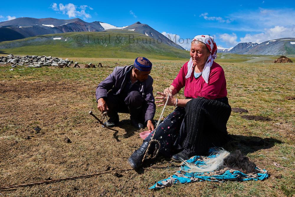 Mongolie, province de Bayan-Ulgii, Parc national de Tavan Bogd, les plus hauts sommets de la chaine de montagne Altai, campement nomade des Kazakh, filage de la laine // Mongolia, Bayan-Ulgii province, western Mongolia, National parc of Tavan Bogd, the 5 highest summit of the Altay mountains, nomad camp of Kazakh people, spinning wool