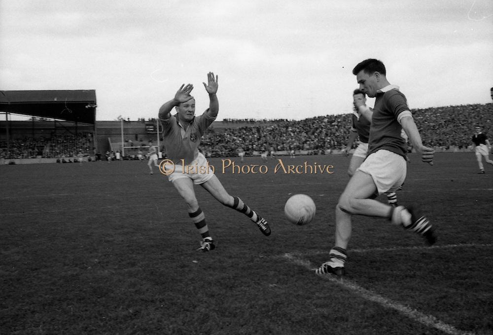 19/08/1962<br /> 08/19/1962<br /> 19 August 1962<br /> All Ireland Football Semi Final: Cavan v Roscommon at Croke Park, Dublin. Cavan goalie S. Flood (right)  clears a ball from Roscommon's forward D. Feeley.