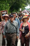 Fotos de Archivo de  Leonel Gonalez,del Frente Farabundo Marti (FMLN) durante a marcha por la libertad de las presas politicas después de la firma de los Acuerdos de Paz lo a compaña Mirtala Lopez. Photo: Imagenes Libres.