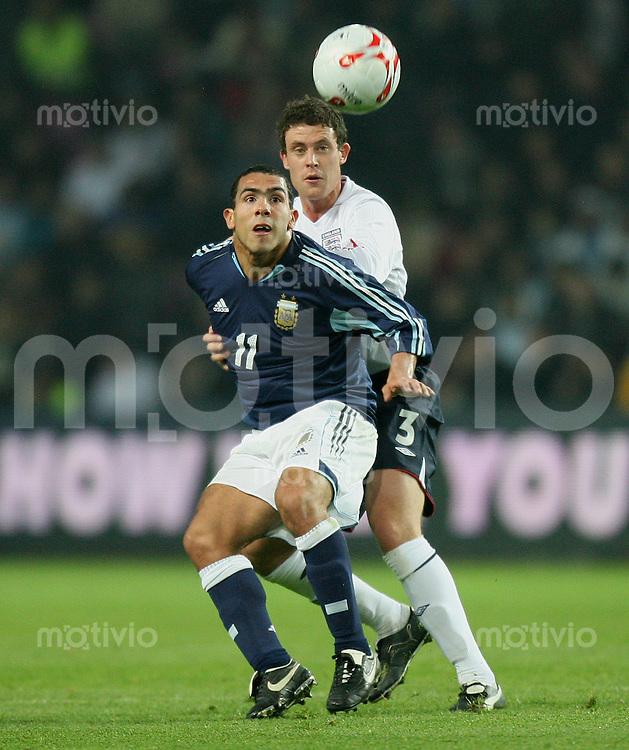 Fussball International Testspiel England 3-2 Argentinien Carlos Teves (ARG,vorn) gegen Wayne Bridge (ENG)