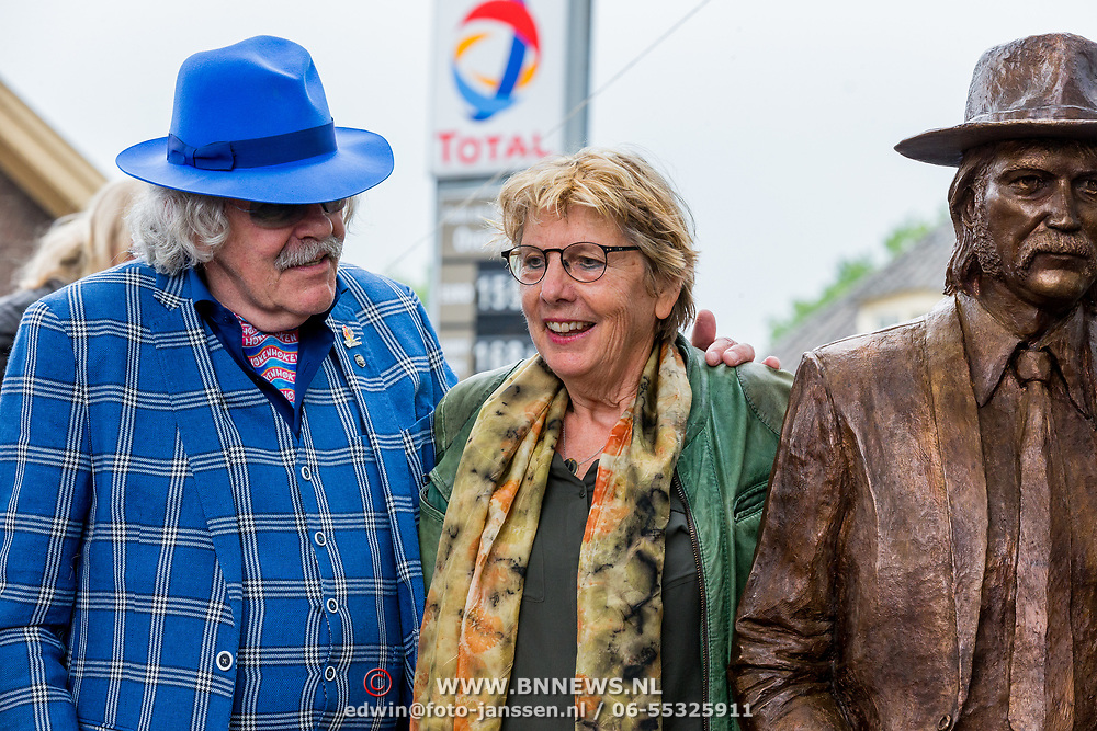 NLD/Hummelo/20180510 - Onthulling standbeeld Normaal, Bennie Jolink en de weduwe van drummer Jan Manschot