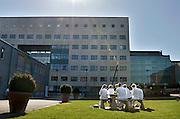Nederland, Nijmegen, 5-3-2013Een mooie dag zo vroeg in de lente.Een groepje verpleegkundigen van het Radboudumc zit tijdens de pauze, middagpauze buiten aan een tafel.Foto: Flip Franssen