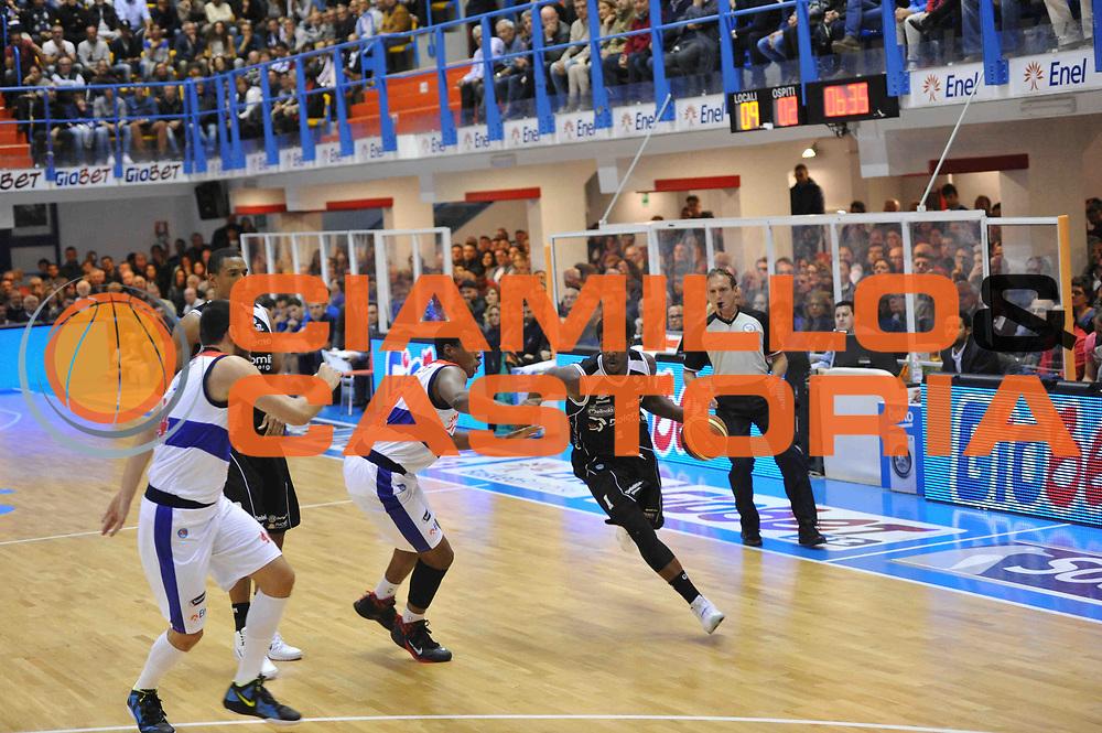 DESCRIZIONE : Brindisi Lega A 2014-15 Enel Brindisi  Dolomiti Energia Trento<br /> GIOCATORE : Mitchell Tony<br /> CATEGORIA :  Paleggio<br /> SQUADRA : Dolomiti Energia Trento<br /> EVENTO : Campionato Lega A 2014-15 GARA : Enel Brindisi Dolomiti Energia Trento<br /> DATA : 02/11/2014 <br /> SPORT : Pallacanestro <br /> AUTORE : Agenzia Ciamillo-Castoria/V.Tasco <br /> Galleria : Lega Basket A 2014-2015 Fotonotizia : Brindisi Lega A 2014-15 Enel Brindisi Dolomiti Energia Trento  <br /> Predefinita :