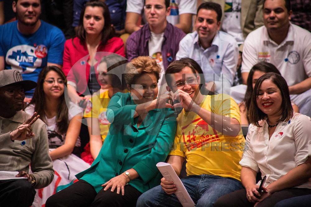 SAO PAULO, SP, 11.08.2014. ELEICOES 2014 - DILMA ROUSSEFF/ALEXANDRE PADILHA - ENCONTRO COM ESTUDANTES. A candidata do Partido dos Trabalhadores a reeleição para presidente da Republica, Dilma Rousseff, durante encontro com estudantes e jovens no auditório da faculdade Uninove, na região da Barra Funda, zona oeste da capital paulista. (Foto: Adriana Spaca/Brazil Photo Press)