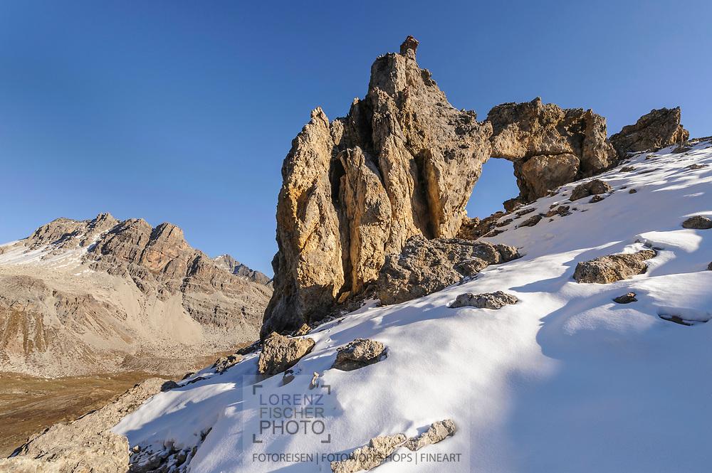 Verschiedene herbstliche, Landschaftsimpressionen mit dem Steinbogen in der Nähe der Fuorcla digl Leget (27011 M.ü.M.) im Val d'Agnel
