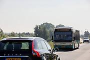 Bij Ameide passeren een streekbus van Arriva en een auto elkaar op de Lekdijk.<br /> <br /> Near Ameide a bus and a car passes at the dyke.