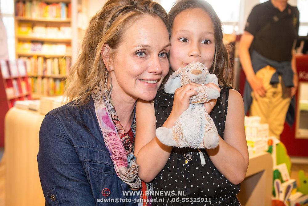 NLD/Amsterdam/20160529 , Boekpresentatie Het Groot Nederlands Knuffelboek van Gallyon van Vessem, Marlayne Sahupala met dochter Charlee