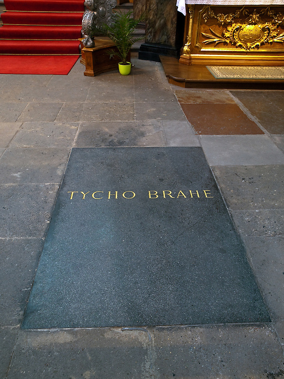 Die Grabst&auml;tte von Tycho Brahe in der Teynkirche am Altst&auml;dter Ring in Prag. Eine Gruppe von d&auml;nischen Wissenschaftlern m&ouml;chte den Leichnam des Astronomen exhumieren.<br /> <br /> The grave of atronomer Tycho Brahe at Teyn Church. A team of Danish scientists sent a letter of request to a parish of Prague's T&yacute;n Church, asking permission to exhume the body of a famous Danish astronomer Tycho Brahe.