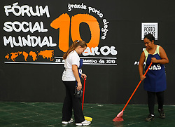 Limpadores na entrada do Fórum Social Mundial 2010 em 29 de janeiro de 2010, em Porto Alegre, Brasil. O Fórum terminou com debates sobre desenvolvimento sustentável, direitos civis e do ambiente. FOTO: Jefferson Bernardes/Preview.com