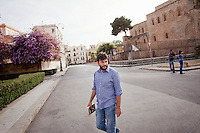 13 May 2012, Palermo. Michelangelo Pavia, a 33 years old architect, walks in the streets of the Kalsa, the historical arab district of Palermo, Italy. Michelange,o, originally from Corsico (Milan), arrived in Palermo in 2010. ### 13 maggio 2012, Palermo. Michelange Pavia, un architetto di 33 anni, cammina per le strade della Kalsa, lo storico quartiere arabo di Palermo. Michelangelo, originario di Corsico (MI), è arrivato a Palermo nel 2010.