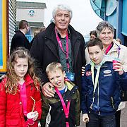 NLD/Harderwijk/20100320 - Opening nieuwe Dolfinarium seizoen met nieuwe show, Klaas Wilting met partner Gerda en kleinkinderen