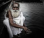 Priester am Ufer des Ganges in Varanasi. Einer der wichtigen heiligen Orte in Indien. Ich wollte ihm Geld geben für das Foto-Shooting, er war aber stolz und hat es abgelehnt.