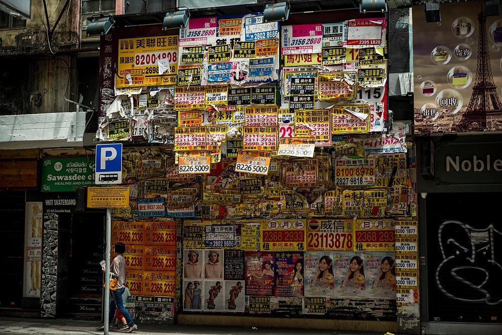 Hong Kong | 02.05.2017: Hong Kong <br /> <br /> hier: Ein geschlossenes Gesch&auml;ft ist &uuml;ber und &uuml;ber mit Werbezetteln verhangen<br />  <br /> Sascha Rheker<br /> 20170502<br /> <br /> [Inhaltsveraendernde Manipulation des Fotos nur nach ausdruecklicher Genehmigung des Fotografen. Vereinbarungen ueber Abtretung von Persoenlichkeitsrechten/Model Release der abgebildeten Person/Personen liegt/liegen nicht vor.]