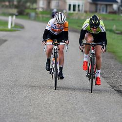 16-04-2016: Wielrennen: IJsseldelta Topcompetitie vrouwen: Zwolle<br /> ZWOLLE (NED) wielrennen Wind was in deze editie de grootste tegenstanders van de vrouwen. Anna van der Breggen en Vera Koedooder rijden net na Kampen weg uit de kopgroep.