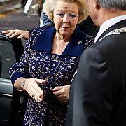 NLD/Den Haag/20101016 - Beatrix bezoekt de tentoonstelling Journey in Den Haag met actrice Emma Thompson,