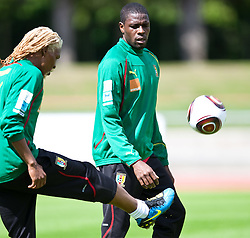 21.05.2010, Dolomitenstadion, Lienz, AUT, WM Vorbereitung, Kamerun Training im Bild Rigobert Song, Abwehr, Nationalteam Kamerun (Trabzonspur), Mohamadou Idrissou, Angriff, Nationalteam Kamerun (SC Freiburg), EXPA Pictures © 2010, PhotoCredit: EXPA/ J. Feichter / SPORTIDA PHOTO AGENCY