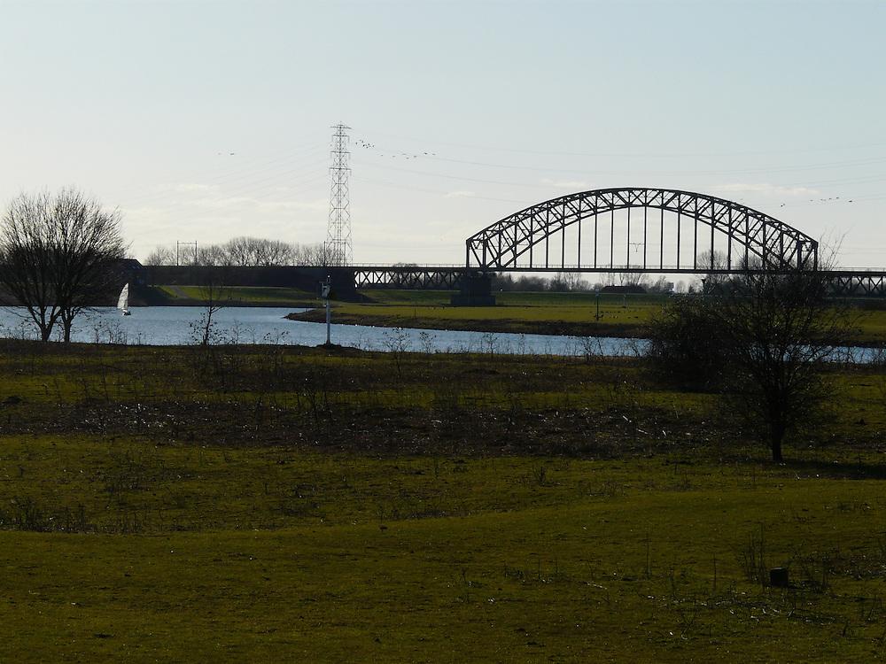 EN&gt; view of the river Rhine with the railway bridge crossing over it towards the city of Arnhem |<br /> SP&gt; vista del r&iacute;o Rin con el puente del ferrocarril que lleva a la ciudad de Arnhem.