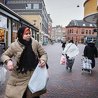 Nederland, Amsterdam, 2 februari 2016.<br /> Mona Ghadir uit de Transvaalbuurt doet boodschappen in de Pretoriastraat om falaffel te maken.<br /> Op de foto: Mona maakt een rondje tijdens het boodschappen doen door de Nieuwbouw winkel/woon buurt Oosterpoort buurt in Transvaal<br /> <br /> Reportage of egyptian Mona Ghadir living in Amsterdam. Today she shops for ingredients and prepares typical egyptian dishes. <br /> <br /> Foto: Jean-Pierre Jans