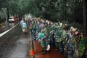 Nederland, Nijmegen, 20-7-2007Vierdaagse, Tijdens de intocht brak rond half twee op de St Annastraat, via gladiola,een stortbui met onweer uit. Ondanks het slechte weer blijven de lopers doorgaan, met de finish in zicht. Veel publiek bleef zitten en zong de wandelaars naar de wedren.Deze militairen wachten op een bus die hen naar het kamp Heumensoord zal brengen.Foto: Flip Franssen/Hollandse Hoogte
