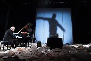 Hans ist ein echter Zappelphilipp, er kann nicht still sitzen. Es ist so viel Musik in ihm, die herauswill. Und dafür reicht das Piano nicht, es müssen auch Gummi-Hühner und vieles andere zum Klingen gebracht werden. Motive aus vielen Frank-Zappa-Kompositionen fließen Purzelbaum schlagend aus seinen Fingern. Björn ist da etwas ruhiger, mit seinem Schlagzeug beglückt er Euch mit intensiven Grooves.<br /> <br /> In seiner Phantasie durchlebt Hans ständig neue Abenteuer und Antonius hat immer einen Spruch von Frank Zappa parat. Großes Musikvergnügen!    Musik: Hans Schüttler, Piano und Theremin + Björn Lücker, Schlagzeug. Schauspiel: Antonius Hentschel. Regie: Heiko Hentschel. Produktion: KinderKinder.
