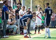 AMSTELVEEN -  Hockey Hoofdklasse heren Pinoke-Amsterdam (3-6). In de 13e minuut was er een luid applaus voor nr. 13, Dennis Warmerdam (Pinoke) , die  vanwege kanker en een tumor in zijn arm, zijn hockeycarrière moet beëindigen  . links coach Jesse Mahieu (Pinoke)  . rechts Marlon Landbrug (Pinoke) . COPYRIGHT KOEN SUYK