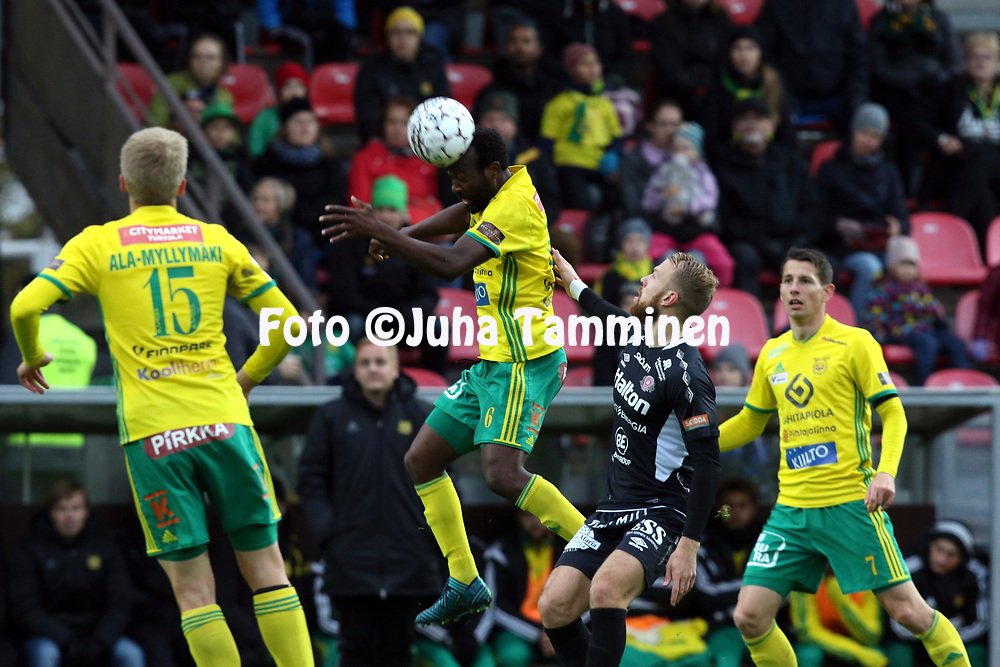 30.9.2017, Tammelan jalkapallostadion, Tampere<br /> Veikkausliiga 2017.<br /> Ilves - FC Lahti.<br /> Reuben Ayarna (Ilves) v Henri Anier (FC Lahti).
