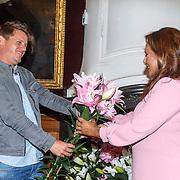 NLD/Leiden/20150603 - Patty Brard en Kees Tol dopen een naar hun vernoemde Lelie, Kees Tol overhandigt Patty Brard de roze naar haar vernoemde Lelie