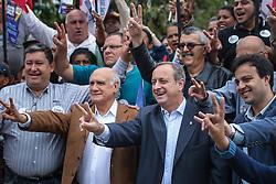 """O candidato a governador do Estado pela coligação """"O Rio Grande Merece Mais"""", Vieira da Cunha durante caminhada em Viamão. FOTO: Jefferson Bernardes/ Agência Preview"""