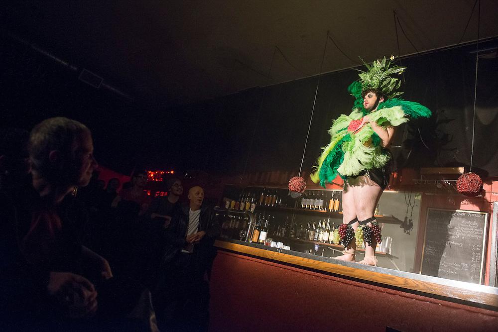 LES CHAMPS MAGNÉTIQUES ; 2BOYS.TV.GENERATION à La Sala Rossa leDimanche 21 octobre 2012 Avec 2boys.tv, Jordan Arseneault, Antonio Bavaro, Holly Gauthier-Frankel et d'autres invités spéciaux.
