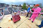 Nederland, Dreumel, 27-4-2016Koningsdag in Maas en Waal. Zeepkistenrace en de Vertical bikes waar Prins Carnaval en de voorzitter van de Oranjevereniging op zitten.FOTO: FLIP FRANSSEN