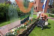 In verzorgingstehuis Rumah Kita in Wageningen wordt de jaarlijkse Indi&euml;-herdenking gehouden. Op 15 augustus 1945 capituleerde Japan, maar vlak daarna begon de bersiap periode in voormalig Nederlands-Indi&euml;. Met de herdenking wordt stil gestaan bij de roerige tijd, waarbij veel Indo's het land moesten verlaten.<br /> <br /> A woman is laying flowers at the monument. Residents of the nursing home for Dutch-Indonesian people Rumah Kita in Wageningen are attending a commemoration for the capitulation of Japan at the Indonesian war. After the war ended a new era started, where most of the Euro-Indonesian people had to leave the country.