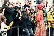 Zijne Majesteit Koning Willem-Alexander en Hare Majesteit Koningin Máxima brengen een werkbezoek aan de Duitse deelstaten Rijnland-Palts en Saarland.<br /> <br /> His Majesty King Willem-Alexander and Her Majesty Queen Máxima paid a working visit to the German federal states of Rhineland-Palatinate and Saarland.<br /> <br /> op de foto / On the Photo: Bezichtiging Porta Nigra, hét herkenningsteken van Trier / Viewing Porta Nigra, the landmark of Trier.