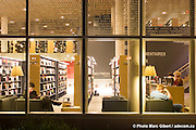 Bibliothèque de Charlesbourg, des architectes Marie-Chantale Croft et Éric Pelletier. Bâtiment durable, efficacité énergétique basée sur la géothermie et le plus grand toit végétal au Québec (1830 mètres carrés), 7950, 1re Avenue, Québec, Canada, 2007, 10, 24, © Photo Marc Gibert / adecom.ca