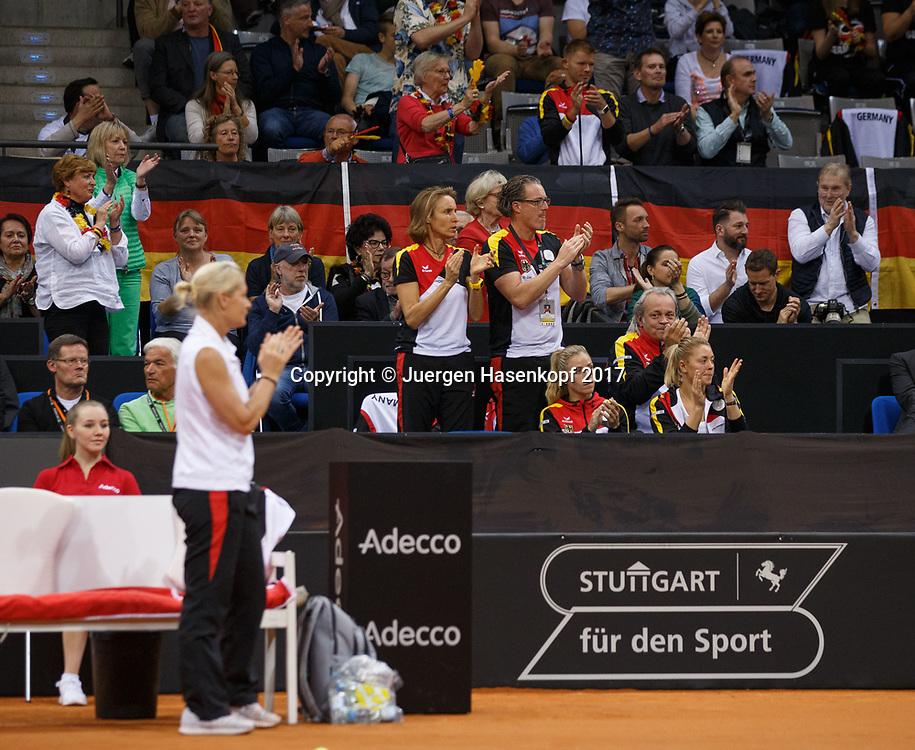 GER-UKR, Deutschland - Ukraine, <br /> Porsche Arena, Stuttgart, internationales ITF  Damen Tennis Turnier, Mannschafts Wettbewerb,<br /> Team Germany Loge, ANGELIQUE KERBER und CARINA WITTHOEFT, dahinter Physiotherapist Petra Winzenhoeller,DTB Trainer Dirk Dir und Mannschaftsarzt Dr. Ulf Blecker.