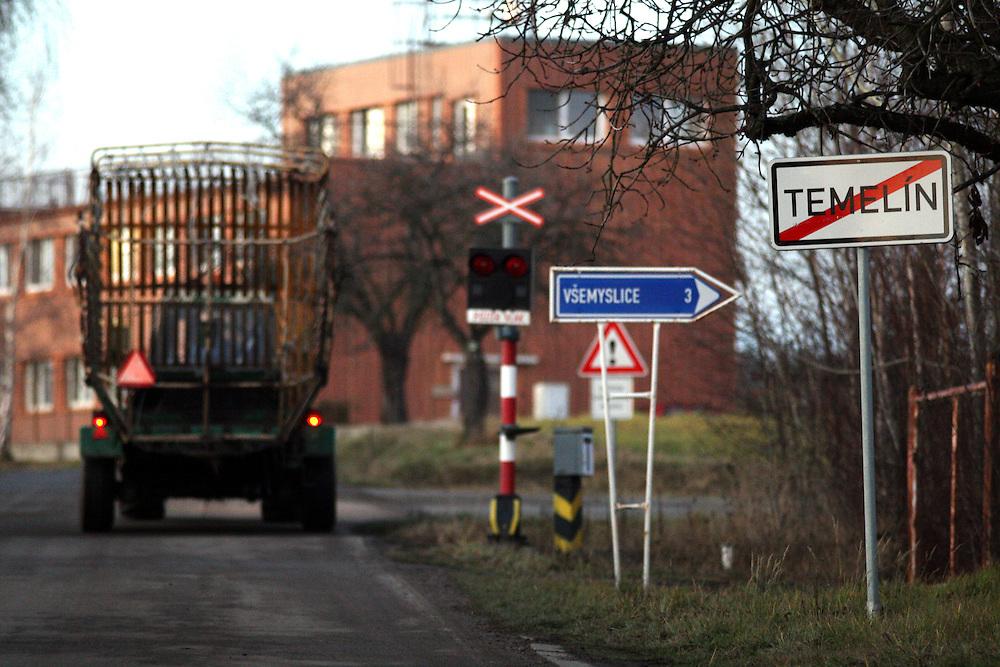 Temelin/Tschechische Republik, CZE, 11.12.06:  Das Dorf Temelin in Süd-Boehmen. Temelin hat 750 Einwohner, 310 davon wohnen im Hauptort. In der Nähe vom Dorfkern steht das umstrittene Atomkraftwerk.<br /> <br /> Temelin/Czech Republic, CZE, 11.12.06: The Temelin village has 750 inhabitants - 310 of them are living in the centre of the village. In this South Bohemian village the Temelin Nuclear Power Station is situated.