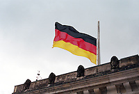 Berlin februar 2012.<br /> Det tyske flagget p&aring; halv stang ved Riksdagen i Berlin.<br /> Foto: Svein Ove Ekornesv&aring;g