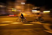 In de Amerikaanse plaats  San Francisco, California rijden fietsers 's avonds over straat.<br /> <br /> In the American town San Francisco, California cyclists ride in the evening.