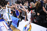 DESCRIZIONE : Cremona Lega A 2015-2016 Vanoli Cremona Consultinvest Pesaro<br /> GIOCATORE : Deron Washington Tifosi<br /> SQUADRA : Vanoli Cremona<br /> EVENTO : Campionato Lega A 2015-2016<br /> GARA : Vanoli Cremona Consultinvest Pesaro<br /> DATA : 20/03/2016<br /> CATEGORIA : Ritratto Esultanza Tifosi Supporters<br /> SPORT : Pallacanestro<br /> AUTORE : Agenzia Ciamillo-Castoria/F.Zovadelli<br /> GALLERIA : Lega Basket A 2015-2016<br /> FOTONOTIZIA : Cremona Campionato Italiano Lega A 2015-16  Vanoli Cremona Consultinvest Pesaro <br /> PREDEFINITA : <br /> F Zovadelli/Ciamillo