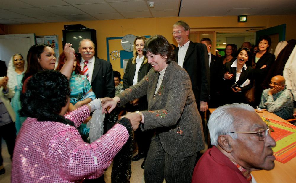 Foto: Gerrit de Heus. Den Haag. 17/11/05. Minister Verdonk bezoekt multicultureel zorgcentrum in Transvaal.