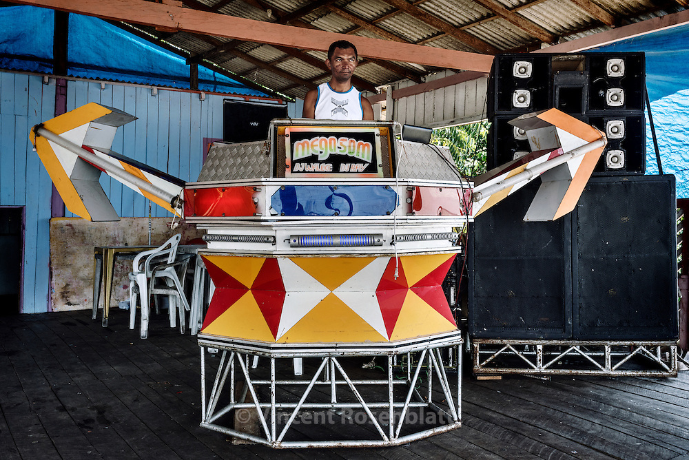 Mega Som (Mega Sound) is a small sized &quot;aparelhagem&quot; with an &quot;indian arrows&quot; inspiration design... Small soundsystems populate by hundreds the rivers shores bars in the state of Par&aacute;. <br /> DJ Kleber is already mixing even if the public did not arrive yet... Ilha do Combu 2016.
